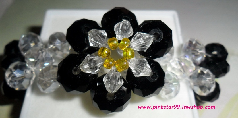 (ขายแล้วค่ะ) L06 สร้อยข้อมือถักรูปดอกไม้ คริสตัลโมดาร์สีดำ