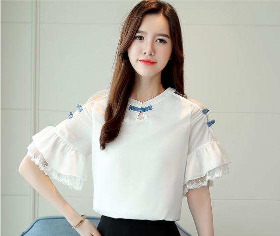 เสื้อแฟชั่นเกาหลี แขนสั้นปลายระบายต่อลูกไม้ สีขาว