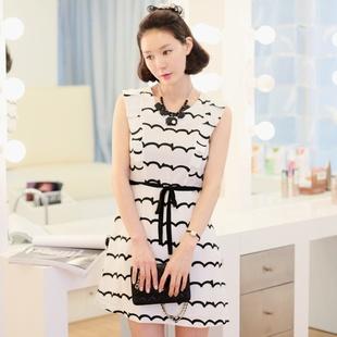 """""""พร้อมส่ง""""เสื้อผ้าแฟชั่นสไตล์เกาหลีราคาถูก Brand Cherry KOKO เดรสสีขาวลายหยักสีดำ แขนกุด แต่งระบายแขน ซิปหลัง มีซับใน มีผ้าผูกเอวสีดำให้ค่ะ size L"""