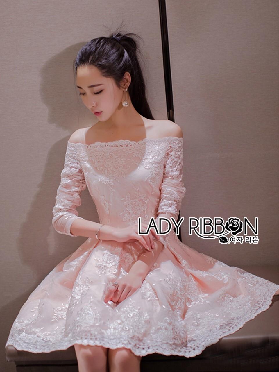 ชุดเดรสเกาหลี พร้อมส่งเดรสทรงเปิดไหล่ผ้าลูกไม้สีขาวทับผ้าสีชมพูโอลโรส