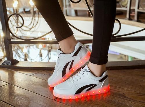 รองเท้ามีไฟ รองเท้า LED สีขาว มีแถบสีดำ2เส้น เปลี่ยนสีได้ 11 สี สินค้าพรีออเดอร์