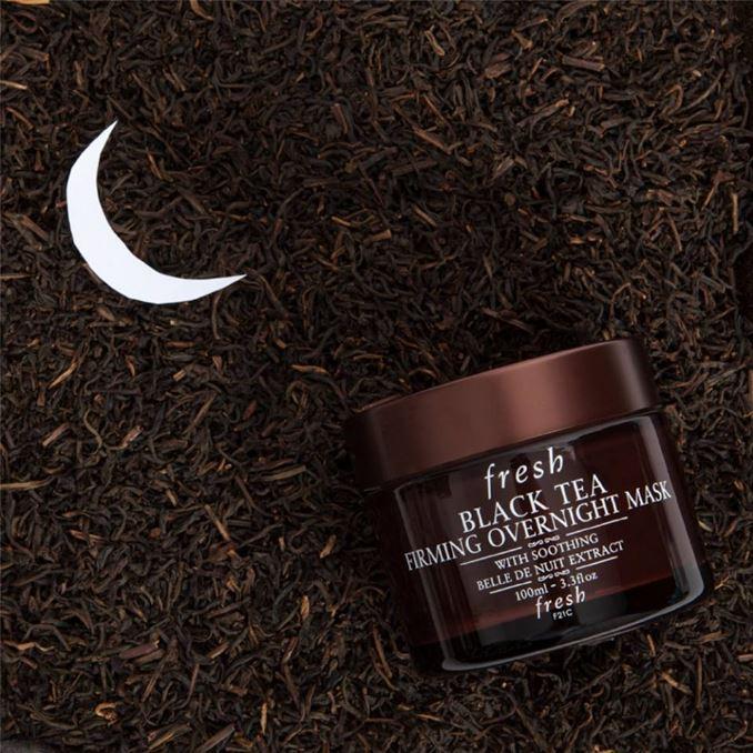 **พร้อมส่ง**Fresh Black Tea Firming Overnight Mask 100ml. มาส์กชาดำบำรุงผิวที่ช่วยมอบความชุ่มชื้นแก่ผิวได้อย่างล้ำลึก ที่ถูกออกแบบมาเพื่อประสานการทำงานเป็นหนึ่งเดียว กับกระบวนการฟื้นบำรุงผิวตามธรรมชาติในช่วงขณะที่คุณหลับ ผลลัพธ์ที่ได้คือ คุณจะตื่นมาพบกับผ