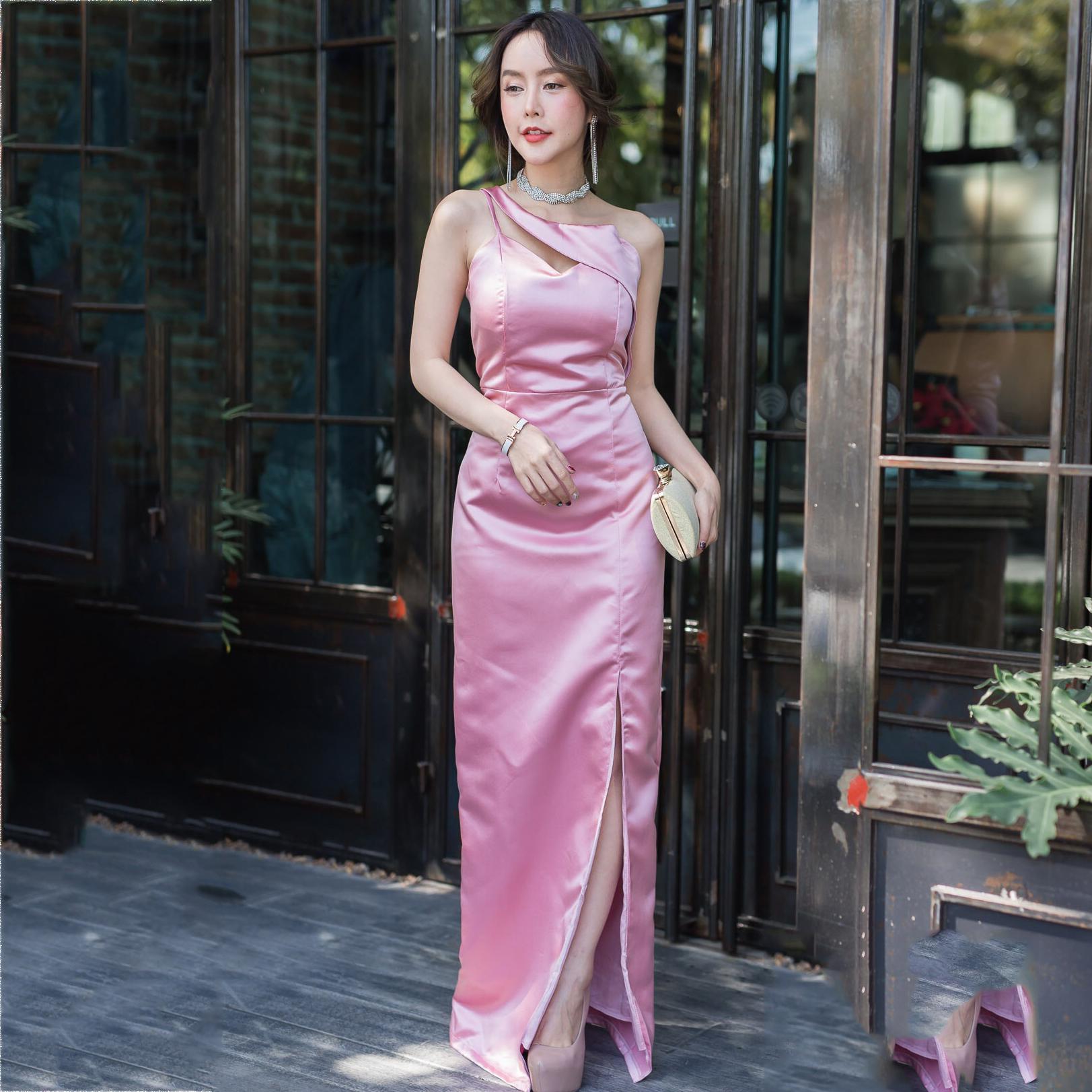 ชุดเดรสออกงานยาวสีชมพู ไหล่เฉียง ทรงเข้ารูป กระโปรงผ่าหน้า ผ้าไหมออนแกนดี้ ลุคเรียบหรู สวย หรู ใส่ออกงานได้ทุกงาน