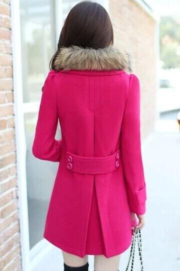 เสื้อโค้ทกันหนาว สีชมพู ไหล่ยกนิดๆ มาพร้อมกับผ้าขนสัตว์แต่งคอเสื้อ