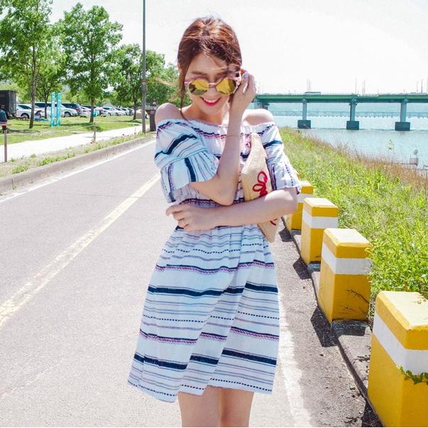 ชุดเดรสสั้นใส่เที่ยวทะเลโทนสีขาว เปิดไหล่ ลายขวาง ลุคสวย น่ารัก สดใส