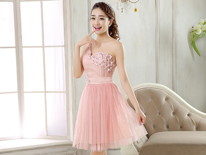 ชุดราตรีสั้นสีชมพู ไหล่เฉียง แต่งดอกไม้สวยๆ เป็นชุดออกงานสีชมพู ชุดไปงานแต่งงานสีชมพู งานบายเนียร์ธีมสีชมพู