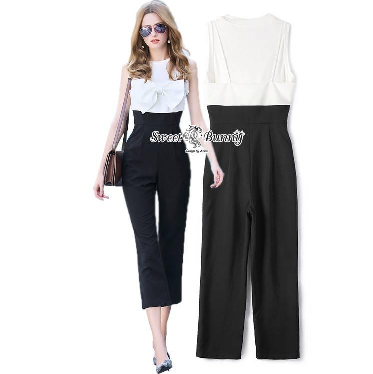 ชุดเซ็ทเสื้อแขนกุด+จั๊มสูท ผ้าพื้นเนื้อดีใช้ผ้าดีราคาสูง ผ้าหนานุ่มมีน้ำหนัก เสื้อสีขาวแขนกุด จั๊มสูทท่อนบนสีขาวเป็นสายเดี่ยว ตรงอกเป็นโบว์สำเร็จรูปอันใหญ่สวย ข้างล่างกางเกงใช้ผ้าสีดำ ทรงขากระบอกเอวสูง