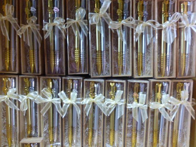 ปากกาลูกศรเงินทองในกล่องไม้