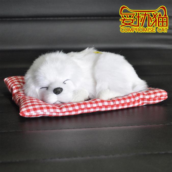หมานอนหลับบนเบาะแดง สีขาว 17x13 CM [มีเสียง]