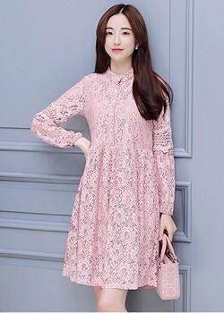 เดรสผ้าลูกไม้เนื้อดีสีชมพู ช่วงกลางของแขนเสื้อแต่งด้วยผ้าถักโครเชต์ และแต่งด้วยมุกสีขาว