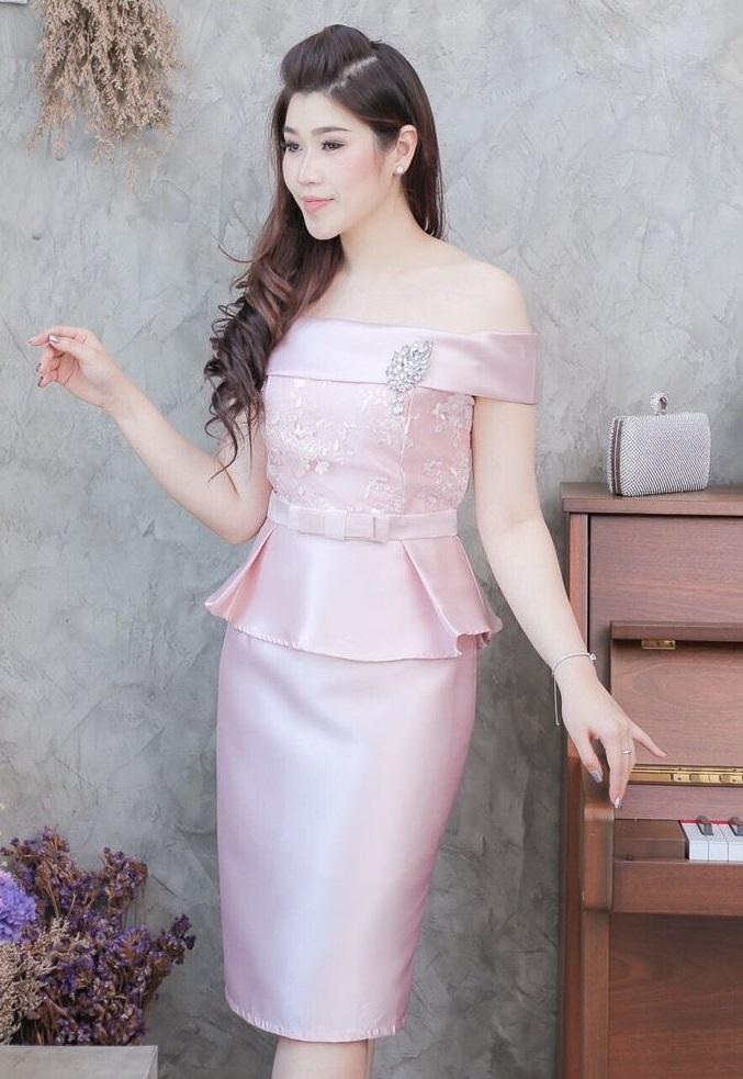 (M ) ชุดไปงานแต่งงาน ชุดไปงานแต่งสีชมพู ผ้าไหมทรงเปิดไหล่ มีดีเทลที่ด้านบนแต่งลูกไม้ฝรั่งเศสอย่างดี และที่เอวแต่งชายระบาย งานเย็บดีมีซับในทั้งตัวนะคะ