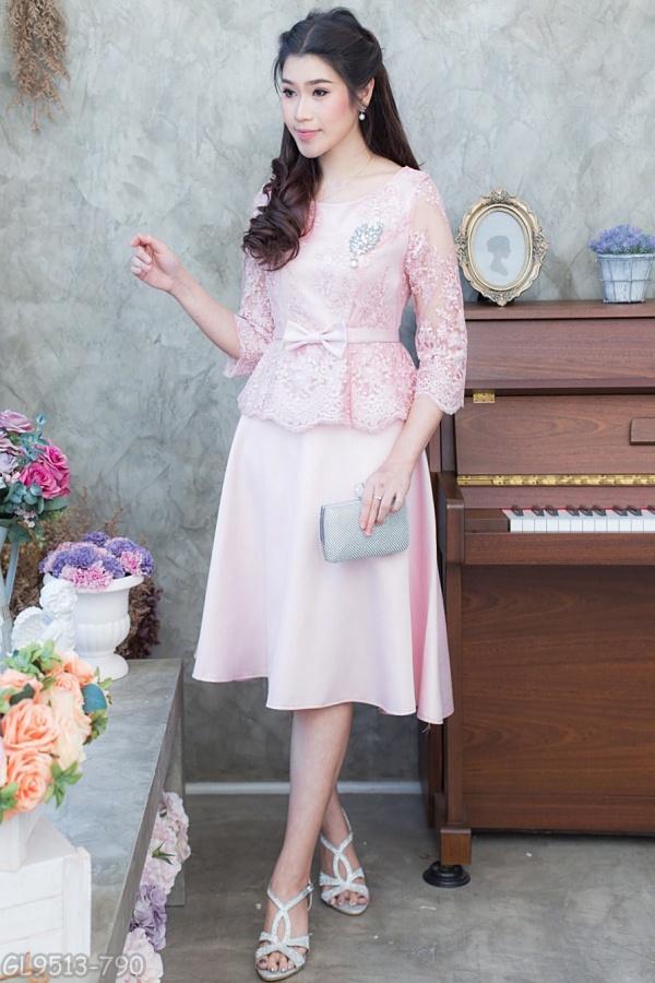 (M) ชุดไปงานแต่งงาน ชุดไปงานแต่งสีชมพูอ่อน Set เสื้อลูกไม้แขนสามส่วน มาพร้อมกระโปรงผ้าวาเลนติโน่อย่างดีนำเข้าจากอิตาลี่ นำมาตัดเป็นทรงย้วย