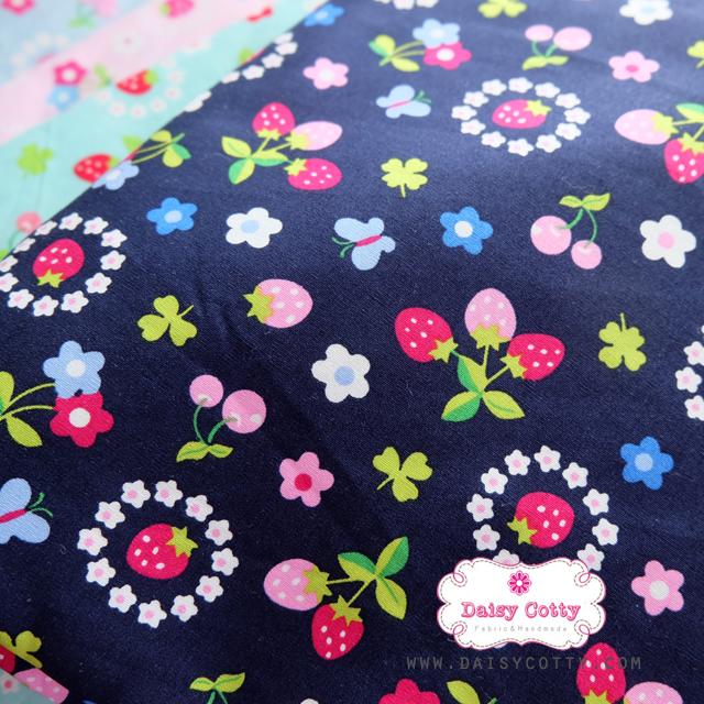 ผ้าคอตตอนไทย 100% 1/4 ม.(50x55ซม.) พื้นสีน้ำเงิน ลายสตอเบอร์รี่และดอกไม้