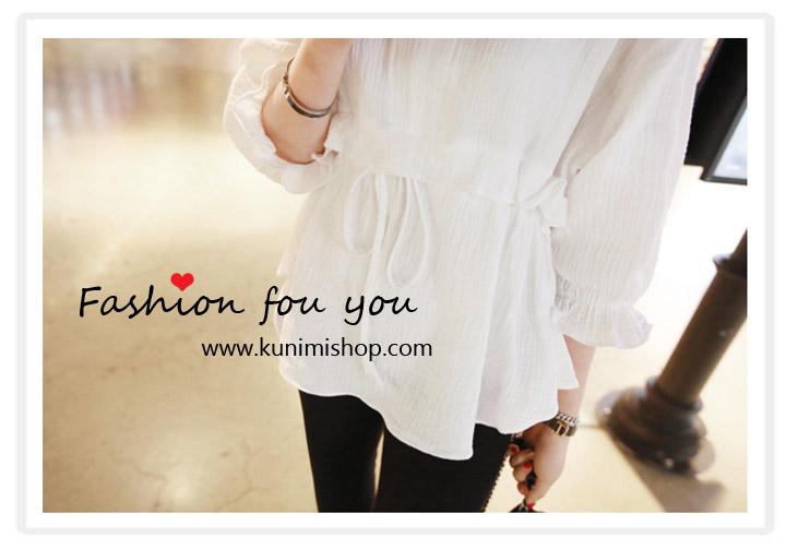 เสื้อแฟชั้น มี 2 สี สีขาว สีดำ คอกลมผ่าหน้าเป็นตัววี แขนสามส่วนพอง จั้มปลาย มีระบาย มีเชือกผูกเอว เสื้อทรงสวย น่ารัก จะใส่คู่กับกางเกง หรือ กระโปรงก็ดูเข้ากันคะ สินค้าคุณภาพ สินค้าเหมือนแบบ 100 % Size L : ควายาวชุด 48 cm. // ความกว้างของไหล่ 36 cm. ความยาวแขนเสื้อ 39 cm. // รอบอกไม่เกิน 35 นิ้ว รอบเอวไม่เกิน Free Size // สะโพก Free Size ผ้า : ผ้าฝ้าย