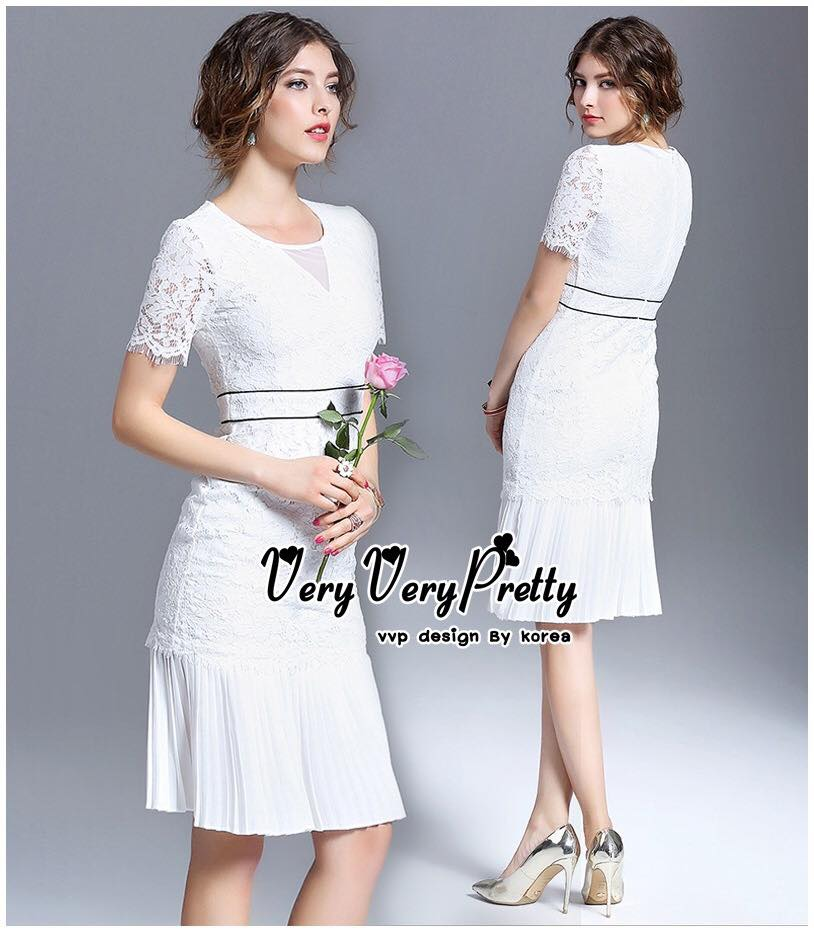 Luxurious White Classic Lace and Pleat Dress เดรสผ้าลูกไม้สไตล์งานแบรนด์เรียบหรูคลาสสิคค่ะ เนื้อผ้าลูกไม้เนื้อนุ่มใส่สบายผิว ทรงคอกลมแขนสั้น ใส่ออกงานได้หลายโอกาสค่ะ ตัดต่อช่วงเอวด้วยผ้าคาดเอวสีดำเส้นคู่เล็กๆ เน้นให้ชุดดูเด่นขึ้น ชายกระโปรงเป็นผ้าอัดพลีทช