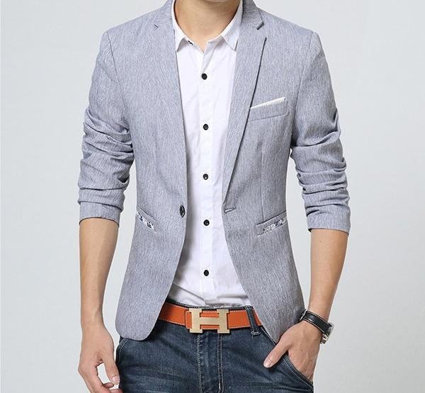 Pre-Order เสื้อสูทผู้ชาย แขนยาว สีเทา มีกระเป๋าเจาะที่อกซ้าย ติดกระดุมเม็ดเดียว แต่งริมกระเป๋าผ้าลายดอกไม้