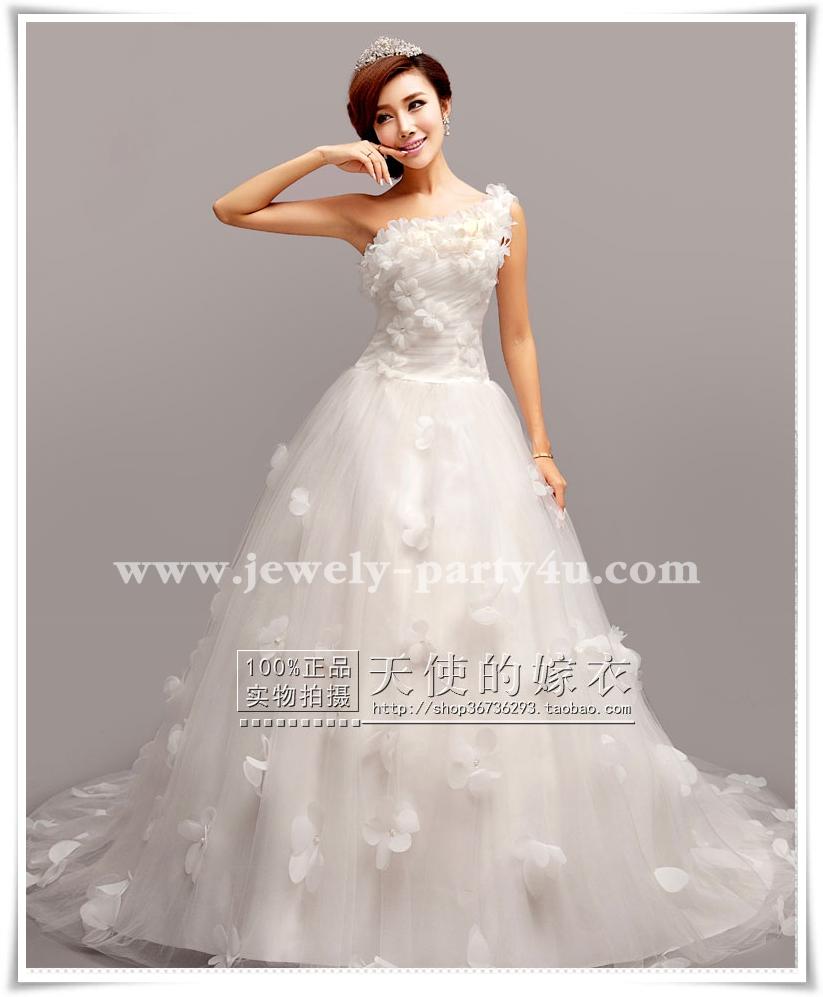 wedding ชุดแต่งงานเจ้าสาวแสนสวย ตัดเย็บดอกไม้ทั้งชุด เน้นการปักแนว 3D ค่ะ