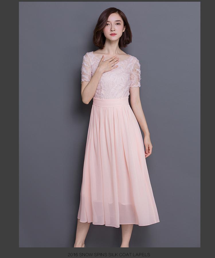 ชุดเดรสยาว สีชมพูโอรส ตัวเสื้อผ้าปักลายขนนกแต่งดิ้นเล็กๆ