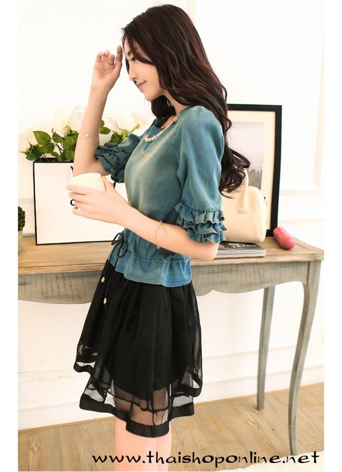 ชุดเดรสแฟชั่น ชุดเดรสสั้น ตัวเสื้อผ้ายีนส์ เอวมีสายหนังสีดำ ผูกให้กระชับ กระโปรงผ้าไหมแก้วสีดำ มาพร้อมเข็มกลัดสร้อย