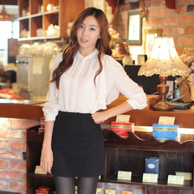Cherry KOKO เสื้อผ้าไหมชีฟองสีขาว คอจีน แต่งระบายที่ไหล่